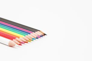 整列した12色の色鉛筆3の写真素材 [FYI00091516]