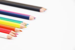 無造作に並んだ12色の色鉛筆の写真素材 [FYI00091528]