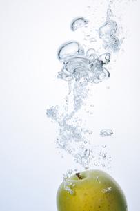 Apple Splash !の写真素材 [FYI00091532]