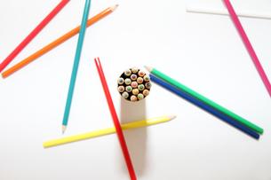 俯瞰で見るレイアウトされた色鉛筆の写真素材 [FYI00091568]