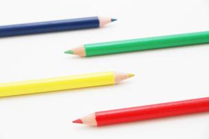 交互に並んだ4色の色鉛筆の写真素材 [FYI00091573]