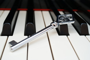 ピアノ鍵盤と鍵の写真素材 [FYI00091581]