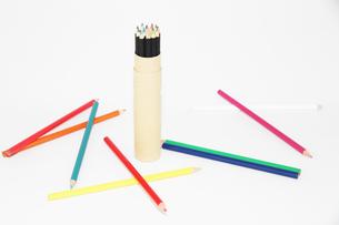 ランダムにレイアウトされた色鉛筆の写真素材 [FYI00091583]