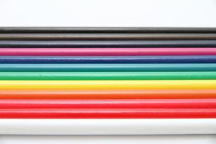 綺麗に並んだ12色の色鉛筆の写真素材 [FYI00091691]