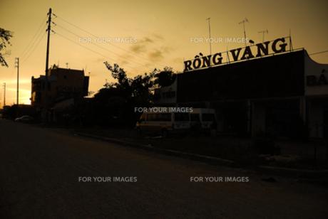 ベトナム 国道脇の夕日の写真素材 [FYI00091872]