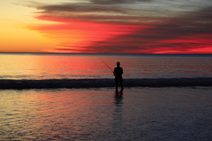 夕暮れの釣り人の写真素材 [FYI00091953]