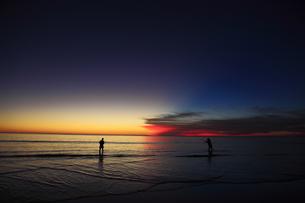 夕暮れの釣り人の写真素材 [FYI00091961]