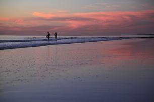 夕暮れの釣り人の写真素材 [FYI00091966]