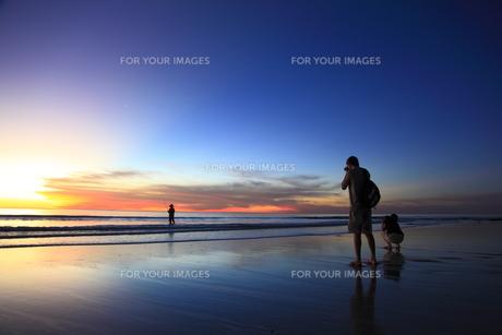 釣り人とカメラマンの写真素材 [FYI00091971]