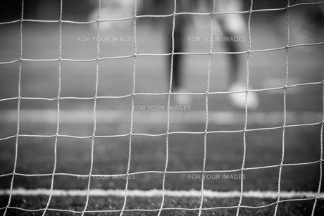 ゴールネット越しのサッカーのゲームの素材 [FYI00092165]