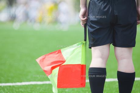 サッカーの試合中のラインズマンの写真素材 [FYI00092173]