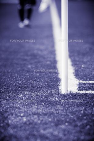 サッカーの試合中に歩くラインズマンの写真素材 [FYI00092176]