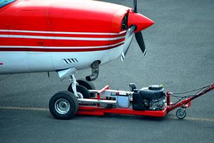 小型機の運搬作業の写真素材 [FYI00092278]