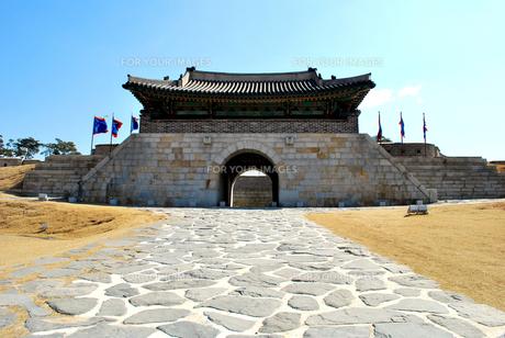 世界文化遺産、華城の蒼竜門の写真素材 [FYI00092322]