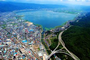 西側上空からの諏訪湖の写真素材 [FYI00092325]