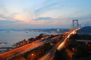 関門橋の夕景の写真素材 [FYI00092349]