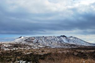 雪の伊豆大島三原山の写真素材 [FYI00092360]