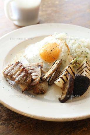 グリルしたベーコンと野菜の朝食の素材 [FYI00092392]