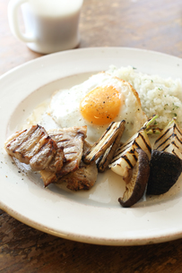 グリルしたベーコンと野菜の朝食の写真素材 [FYI00092392]