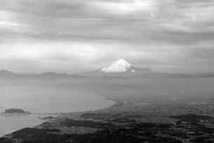 モノトーン富士山と江ノ島の写真素材 [FYI00092441]