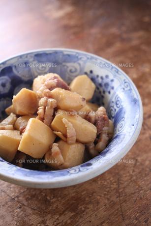 里芋とベーコンの煮物の写真素材 [FYI00092450]