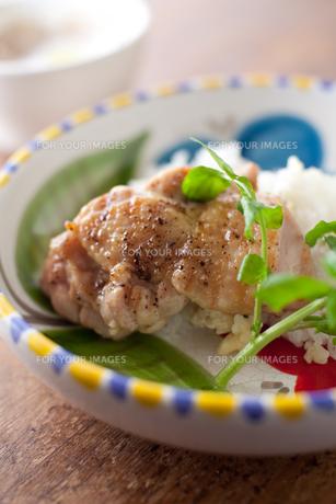 鶏肉のグリルプレートの写真素材 [FYI00092571]
