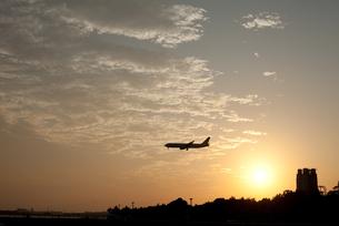 夕日と飛行機の写真素材 [FYI00092578]