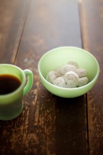 スノーボールクッキーとコーヒーの素材 [FYI00092630]