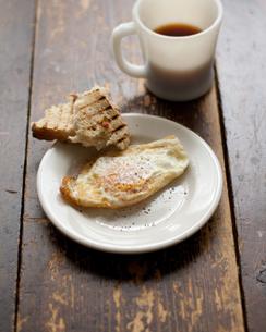 目玉焼きとパンとコーヒーの朝食の素材 [FYI00092746]