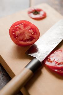 トマトを切るの素材 [FYI00092747]