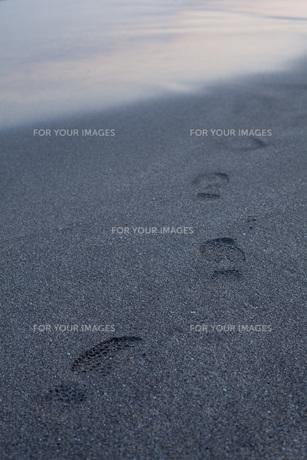 波打ち際の足跡の素材 [FYI00092787]