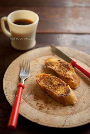 フレンチトーストとコーヒーの写真素材 [FYI00092800]