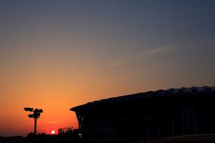 スタジアムに落ちる夕日の素材 [FYI00092928]