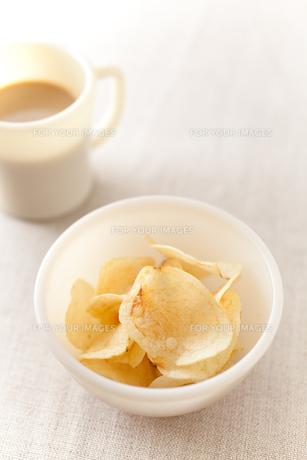 ポテトチップスとミルクコーヒーの素材 [FYI00092937]