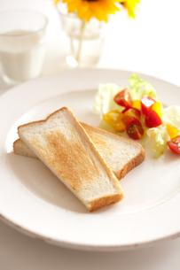 トーストとサラダとミルクとひまわりの素材 [FYI00092946]