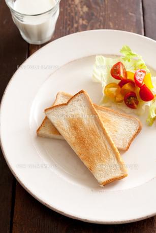 トーストとサラダとミルクの素材 [FYI00092951]