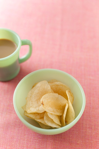 ポテトチップスとミルクコーヒーの素材 [FYI00092956]