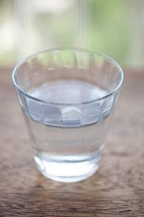 グラスと水の素材 [FYI00093114]