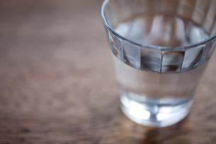 グラスと水の素材 [FYI00093123]