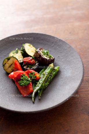 焼き締めの器に盛った夏野菜のマリネの素材 [FYI00093152]