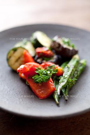 焼き締めの器に盛った夏野菜のマリネアップの素材 [FYI00093163]