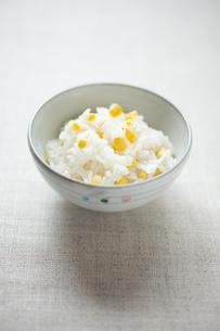 トウモロコシの炊き込みご飯の写真素材 [FYI00093177]