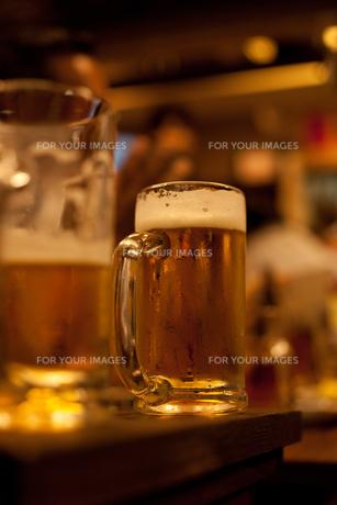 立ち飲み屋で生ビールの素材 [FYI00093209]