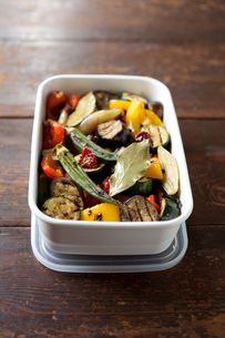 保存容器に盛った夏野菜のマリネローアングルの素材 [FYI00093219]