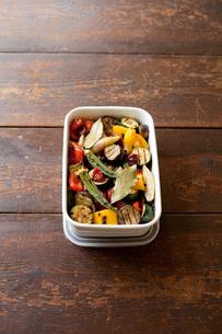 保存容器に盛った夏野菜のマリネハイアングルの素材 [FYI00093270]