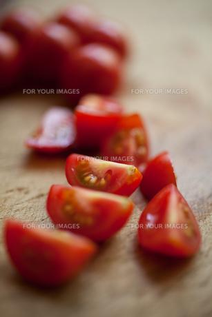 カットしたミニトマトの写真素材 [FYI00093310]