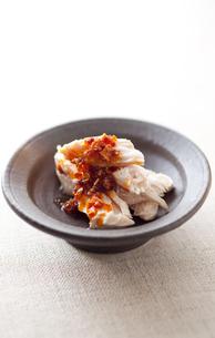 蒸し鶏の食べるラー油掛けの写真素材 [FYI00093354]
