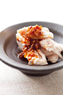 蒸し鶏の食べるラー油掛けアップの写真素材 [FYI00093360]