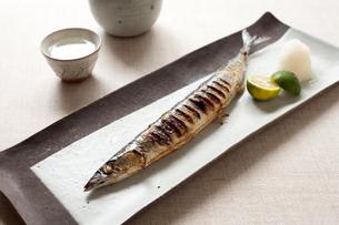 サンマの塩焼きと日本酒の写真素材 [FYI00093466]