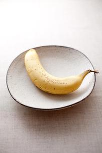 粉引きの和食器とバナナの素材 [FYI00093519]